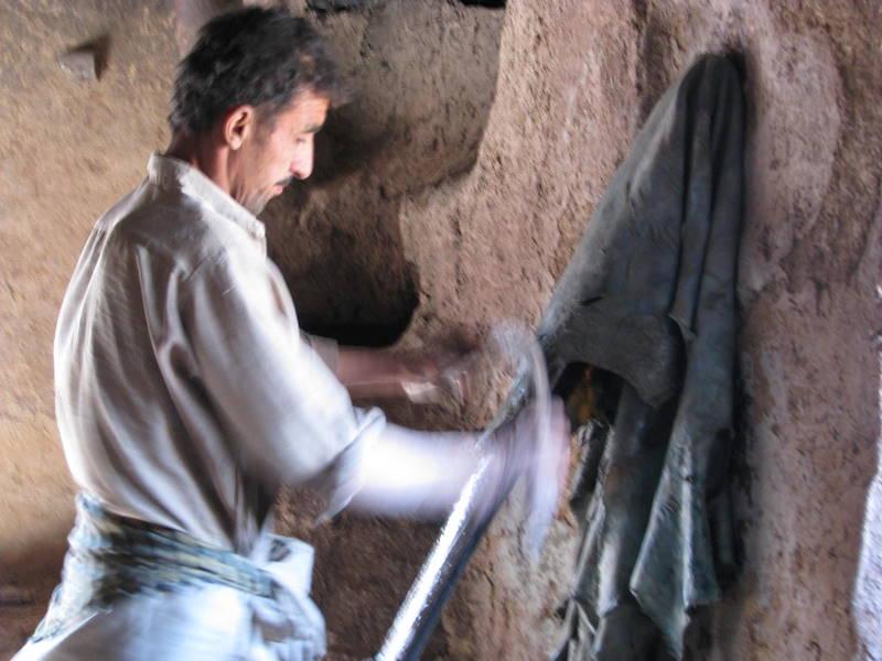 Natürliche Gerbung chromfrei, mit Rhabarberwurzeln, Granatapfelschalen etc. in Nordafghanistan - schonend für Mensch und Umwelt