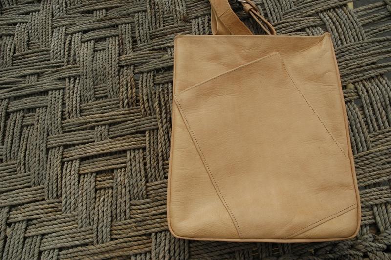 Gundara - Out of Place - messenger bag