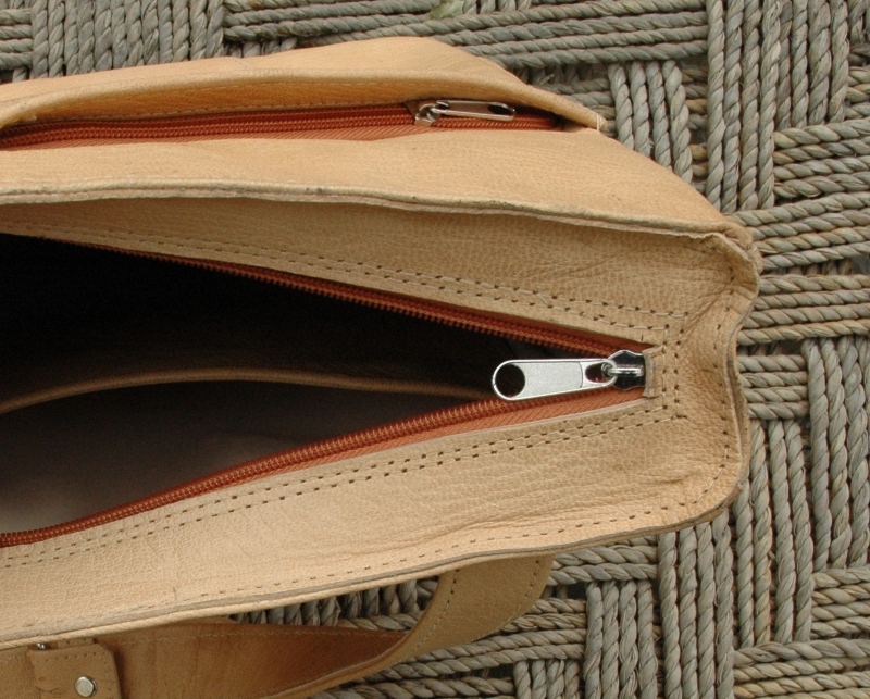 Gundara - Out of Place - messenger bag - open