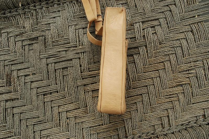 Gundara - Out of Place - messenger bag - side