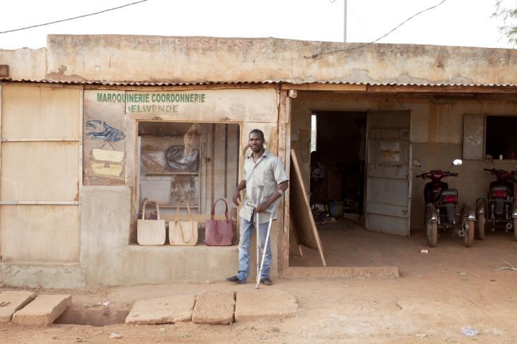 Vor der Leder-Manufaktur in Ouagadougou, Burkina Faso