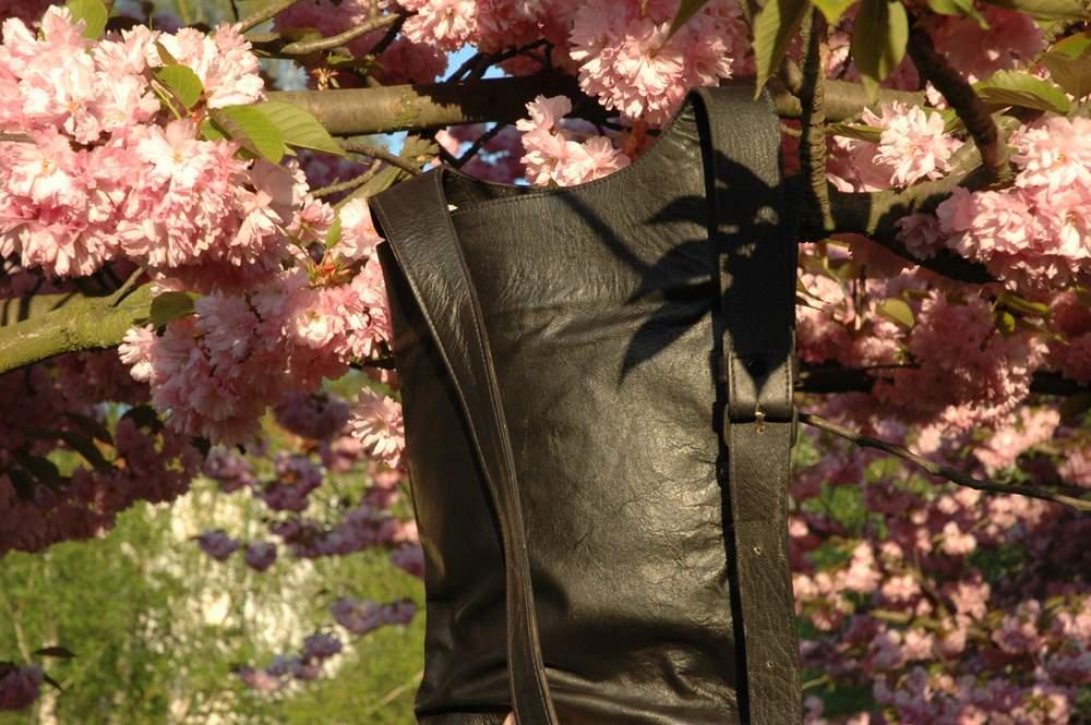 black shoulder bag close-up Gundara